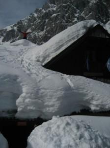 Snega je tolko, da sploh ne veš kdaj stopiš na streho koče