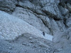 V sp. delu stene sva morala prečit krajše snežišče