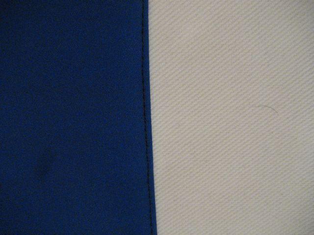 modra osnova z belim trakom