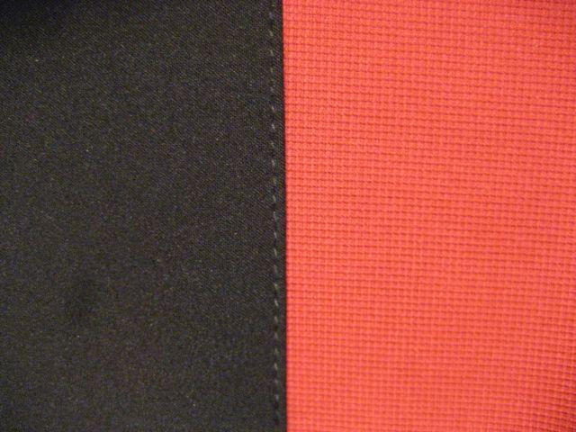 črna osnova z rdečim kockastim trakom
