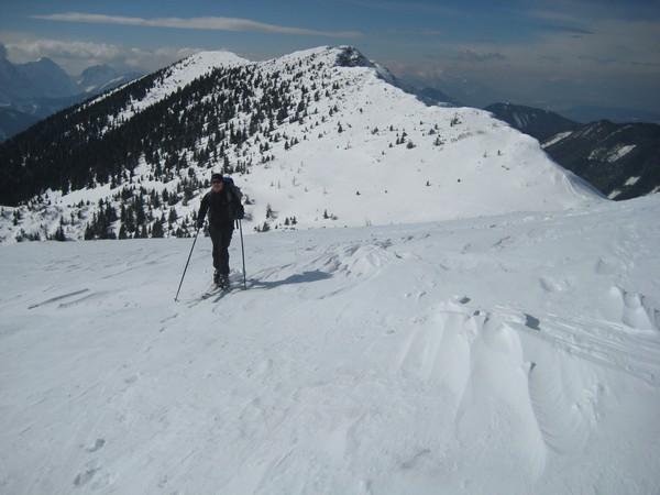 Lepi pogledi nazaj na snežne vrhove.