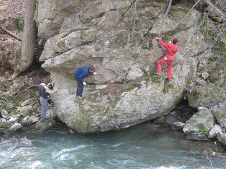 Ekipa na desnem bregu je morala med akcijo tudi plezati