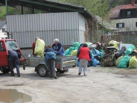 Gasilci PGD Ravne so poskrbeli za odvoz odpadkov, ki smo jih zbrali na začasno deponijo za kinodvorano