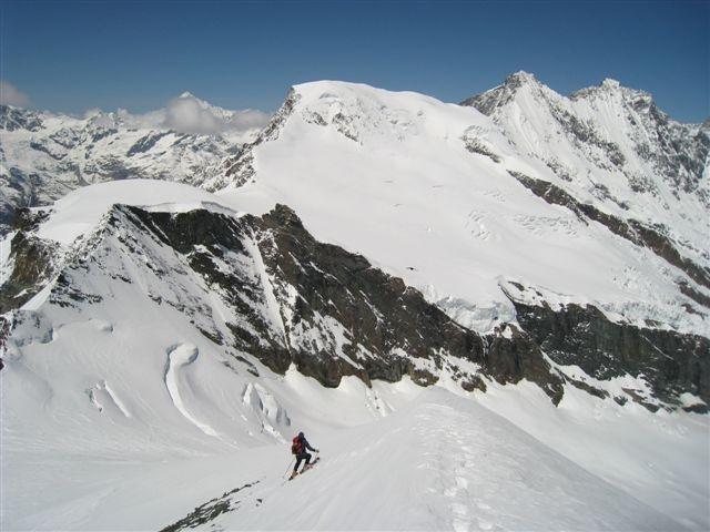 Spust z Allalina; nasproti Alphubel, desno Täschhorn, skrajno desno Dom