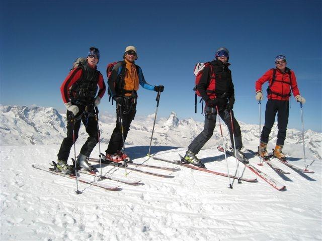Ekipa na vrhu Alphubla (4206m) z Matterhornom v sredini
