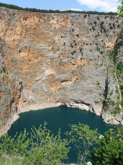 Rdeče jezero (ime ima po barvi skale)