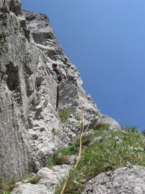 Kosi na prehodu iz Kante v Spominsko smer, petnajst metrov nad vstopom
