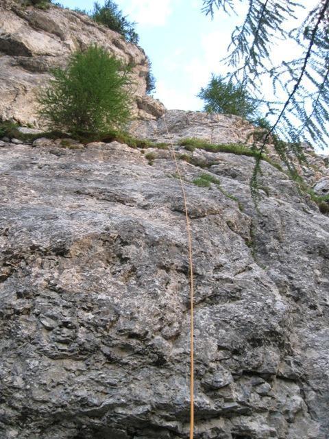 Z vrha sva se spustila po vrvi. Sanetova smer poteka desno od vrvi