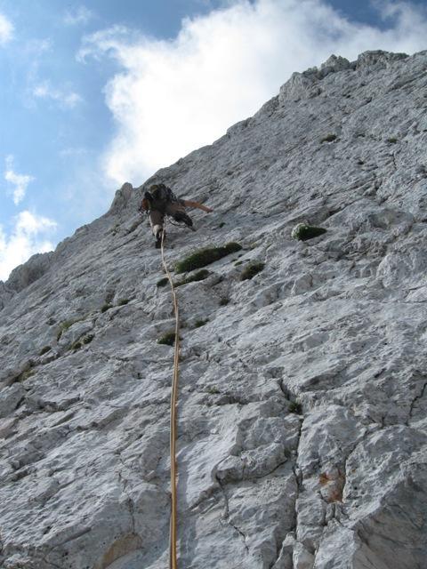 Prijetno plezanje v strmi plošči, ob koncu večjih težav