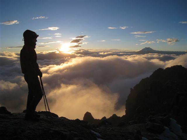 Sončni vzhod pod vrhom Iliniza Norte, desno v daljavi Cotopaxi