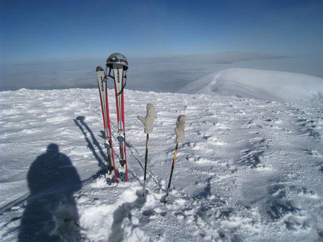 Na vrhu Whymper (najvišji od petih vrhov Chimboraza), desno vrh Veintimilla 6267m