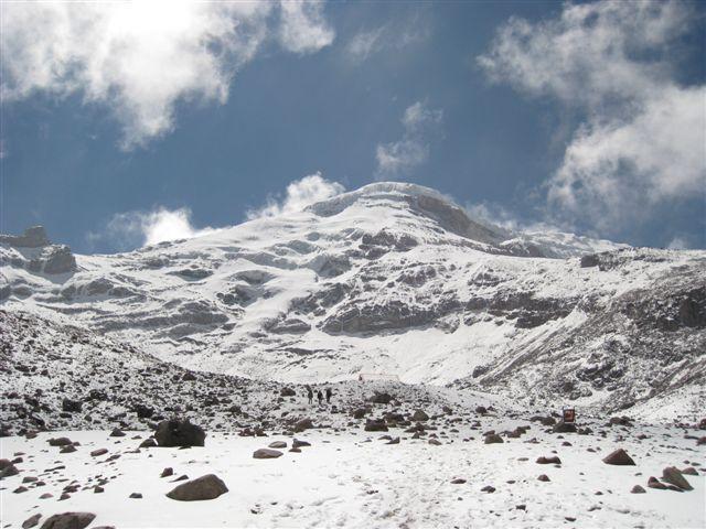 Pogled na Chimborazo iznad koče Carrell, smer normalke poteka po zahodnem (na fotki levem) grebenu