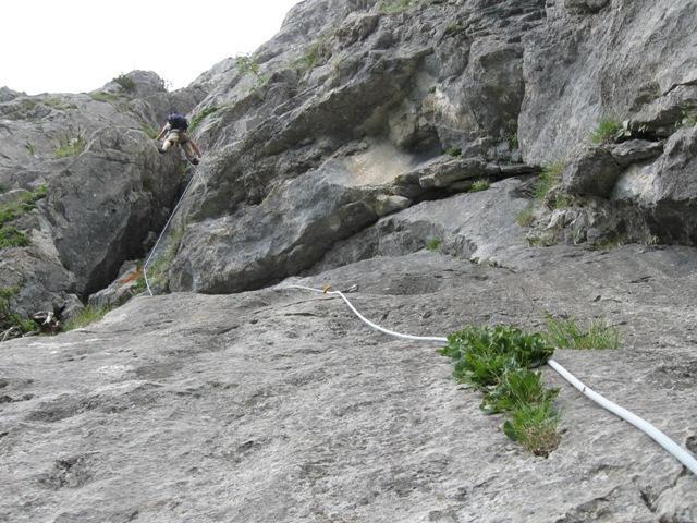 Smer poteka naprej po izrazitem kaminu, nekaj klinov in nekaj svedrovcev